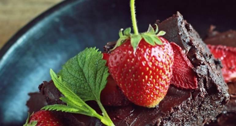 Podwójnie czekoladowe brownie z truskawkami na Dzień Matki
