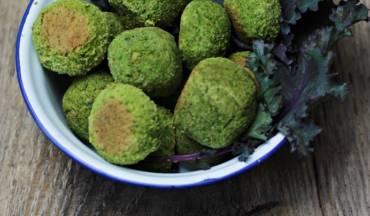 Zielone klopsiki z ciecierzycy i szpinaku.