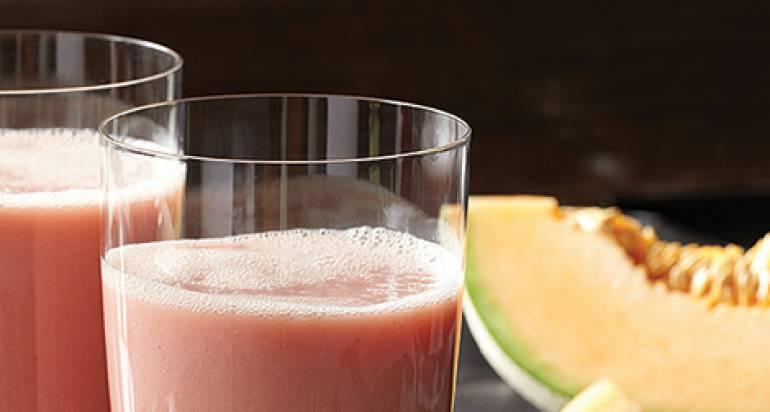 Orzeźwiający napój z melona kantalupe, ananasów oraz banana