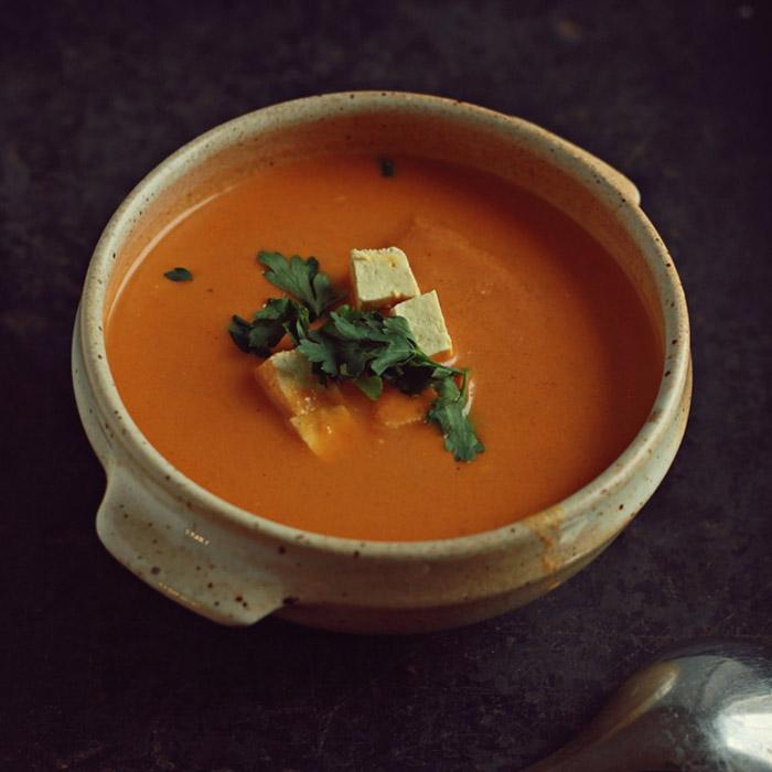Zupa tikka masala z wędzonym tofu