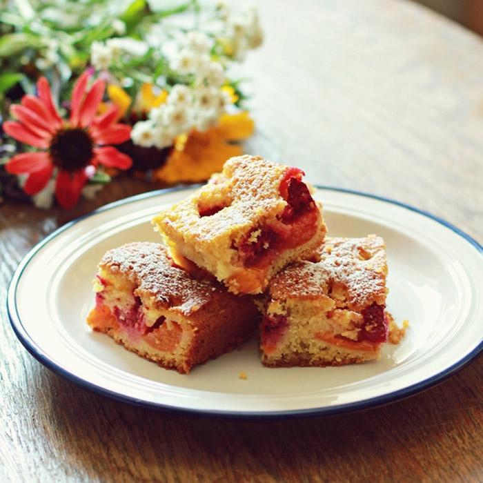 Pełnoziarniste ciasto ucierane z morelami i malinami