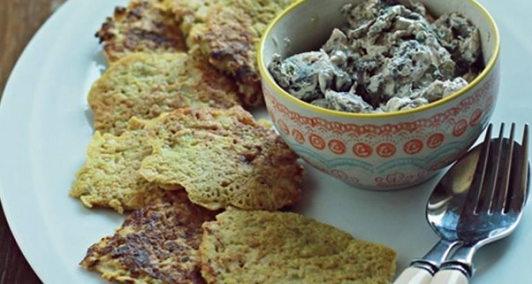 Placki ziemniaczano-selerowe z gorgonzolą i sosem grzybowym